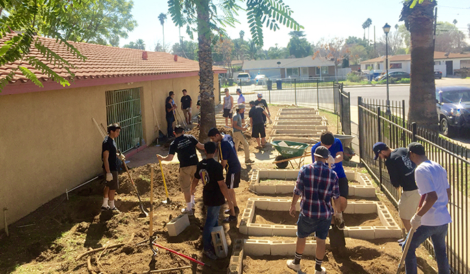 UC Riverside student volunteers, recruited by Global Food Intiative fellow Claudia Villegas, set up new garden beds at the Community Settlement Association.