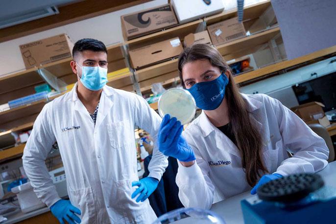 Rivera-Chávez working in the lab alongside Cinthia Garcia