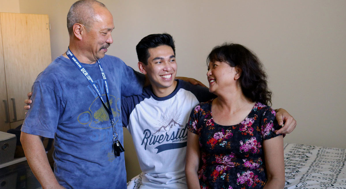 Erik Reyes between his parents